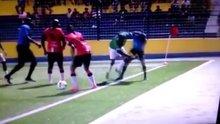Futbolcuyu hakemin elinden polis kurtardı