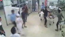 Önce kavgada ardından hastanede bıçakladı