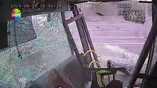 Bakırköy'de cip metrobüsle kafa kafaya çarpıştı