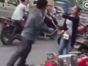 Kadın sürücüyü tekme tokat dövdü