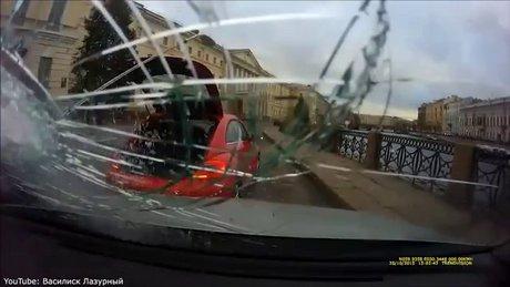 Sinirli sürücü camı patlattı