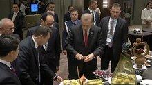 Cumhurbaşkan Erdoğan fuaye alanında meyve yedi