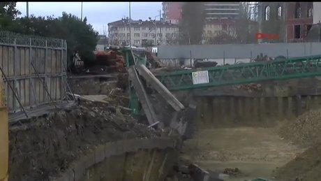 Vinç halı sahaya düştü: 2 ölü