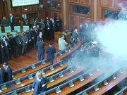 Kosova Meclisi'nde yeniden gaz bombası atıldı