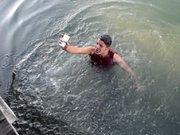 Iraklı genç telefon için buz gibi suya atladı