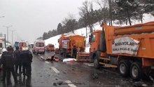 Karla mücadele ekibine otomobil çarptı: 3 ölü