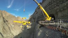 Yusufeli barajına iş makineleri vinç ile nakil ediliyor