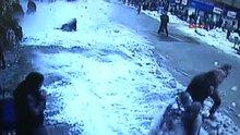 Rize Çatıdan kar kütleleri düştü