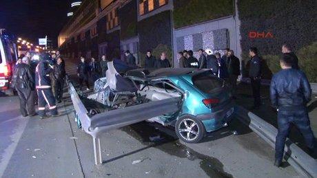 Kadıköy'de otomobil bariyerlere girdi