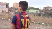 Poşetten Messi forması yapan çocuk bulundu