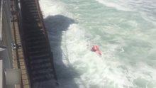 Sörfçü son anda kurtarıldı