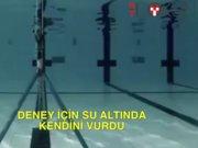 Deney için suyun altında kendini vurdu