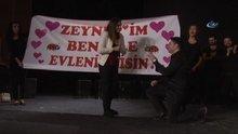 Sahnede süpriz evlenme teklifi