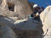 Kayalıklarda mahsur kalan köpeği kurtarma operasyonu