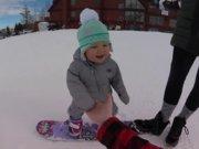 Sevimli bebeğin snowboard deneyimi