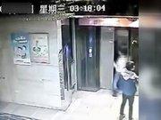 Asansör kapısını tekme atarken boşluğa düştü