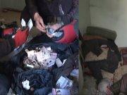 Evden 5 kamyon çöp ve 6 bin lira çıktı