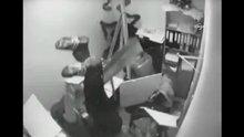 Tavandan çalışanların üzerine düşen işçi korkuttu