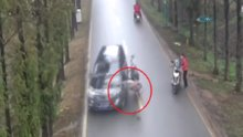 Motosikletin ciple çarpıştığı an kamerada