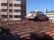 Dikkat çeksin diye vosvosu çatının üzerine koydular