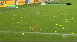 İlginç protesto! Yağmur değil tenis topu yağdı