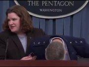 Amerikalı general basın toplantısında bayıldı