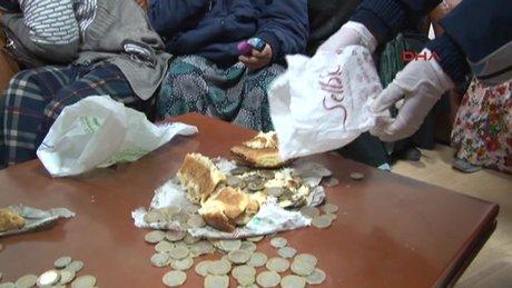 Dilenci topladığı paraları ekmek arasına sakladı