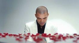 Pepe Sevgililer günü için piyano başına geçti