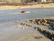 Irmağa gömülen traktörü kurtarmak için canını hiçe saydı
