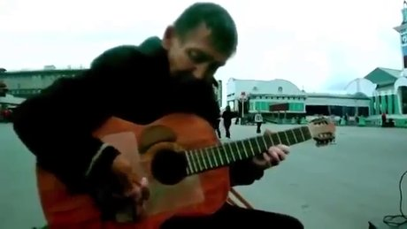 Evsiz adamdan büyüleyen gitar solosu