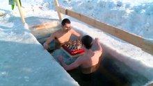 Buzlu suyun içinde satranç oynuyorlar