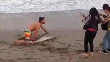 Selfi için denizden köpek balığı çıkardı