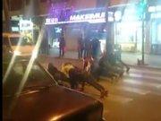 Araçlar kırmızıda beklerken caddede şınav çektiler