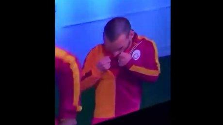 Sneijder Türk bayrağını öptü