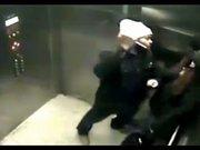 Asansördeki kadını bıçakla gasp etmek istedi