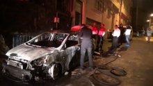 Park halindeyken yanan otomobil önünde durduğu evi de yaktı