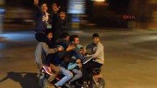 Elektrikli bisiklet üzerinde 7 kişi