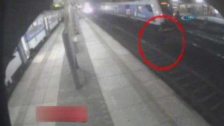 Trenin rüzgarı gençleri havaya savurdu