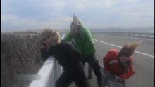 Rüzgara karşı duran 3 çılgın turist