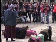 PSV taraftarları mültecilere bozuk para fırlattı