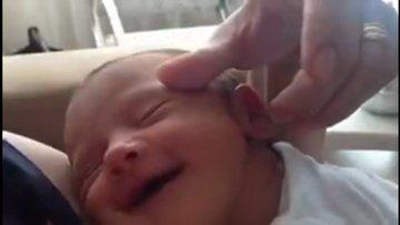Sevilirken kendinden geçen bebek