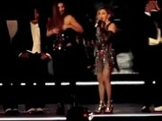 Madonna sahnede hayranının elbisesini indirdi