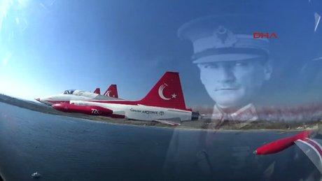 Türk Yıldızları, uçaklarına yazdıkları şehitlerin isimleriyle Çanakkale'ye selam durdu