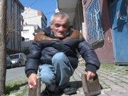 47 yıldır ellerine taktığı tahtalarla yürüyor