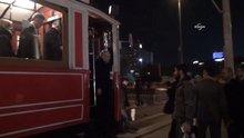 Mehmet Şimşek tramvaya bindi