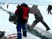 Rusya'da büyük bir buz bloğu çatladı