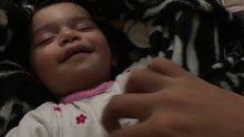 Uykusunda gıdıklanan bebek