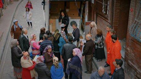 Ayşegül Murat'ın hediyelerini mahalleliye dağıttı