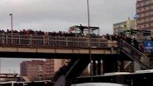 Metrobüs kalabalığını geçmek için hayatını hiçe saydı