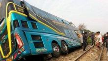 Hızlı tren turist dolu otobüse böyle çarptı